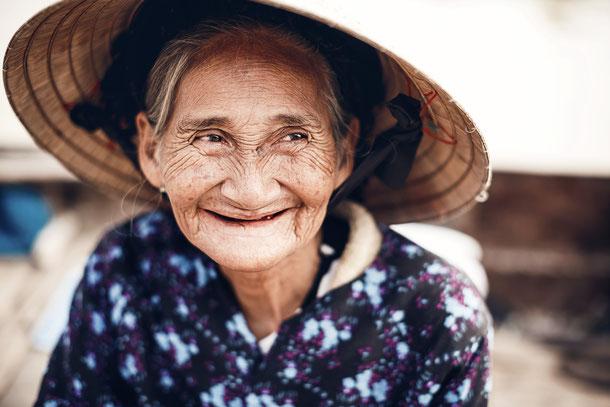 vietnamesische frau am lächeln