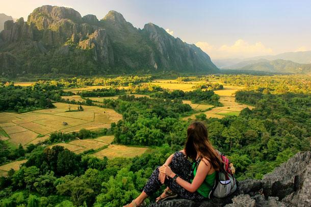 Touristin bewundert Vang Vieng