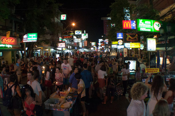 Touristen in der Khao San Road, Bangkok.