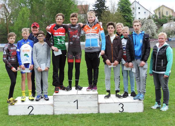 zeigt die Sieger der Omniumwertung U15 männlich v.l. auf dem Stockerl, v.l. Zweiter Laurent Pierza, Sieger Luca Dreßler, Dritter Paul Keller mit den weiteren platzierten Fahrern