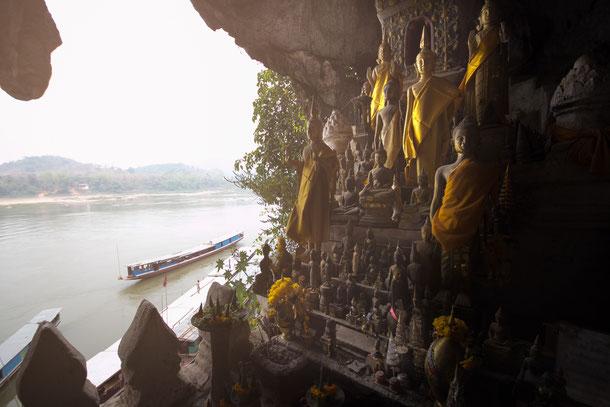 Die Pak Ou Caves am Mekong Fluss sind mit dem Boot von Luang Prabang aus gut für einen Tagesausflug zu ereichen.