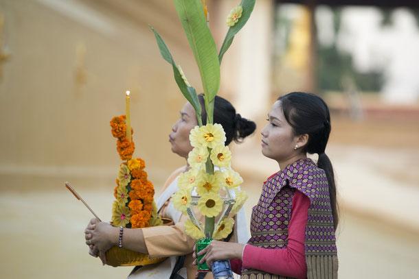 Auch Touristen sind herzlich eingeladen im Pha That Luang in Vientiane etwas über den Buddhismus zu lernen oder sogar mit den Einheimischen Laoten zu beten.