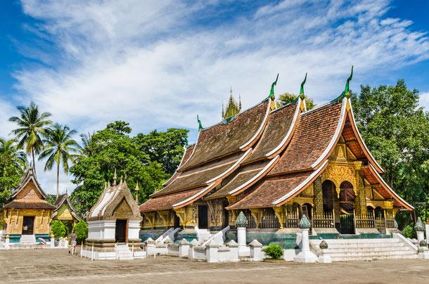 Der im 16. Jahrhundert erbaute Wat Xieng Thong ist der älteste Tempel in Luang Prabang und liegt idyllisch am Mekong Fluss.