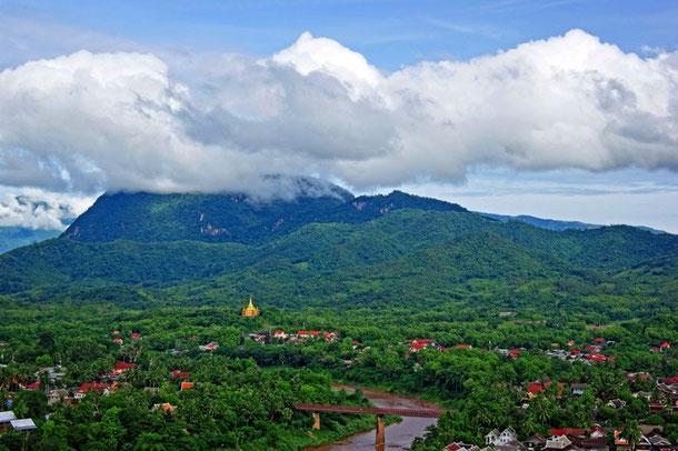 Luang Prabang - zwischen grünen Bergen und dem Mekong eingebettet.