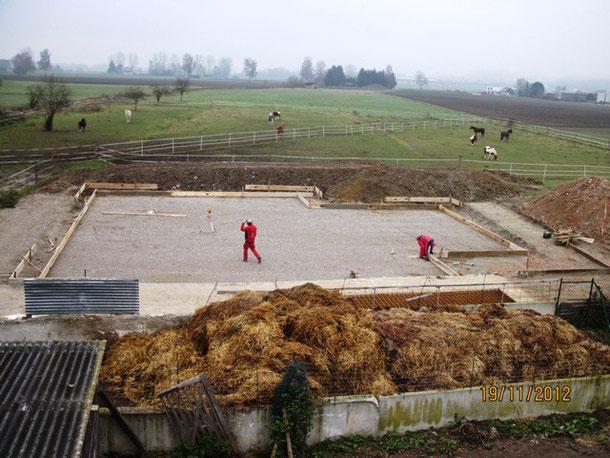 So, nun legt das Bauunternehmen los. Die Bodenplatte wir abgeschalt. Man kann schon erkennen, wie groß der Stall mal wird. Danach bauen die Jungs noch eine Feinplanie ein (eine Schicht aus feinem Material, um die letzten Unebenheiten auszugleichen).