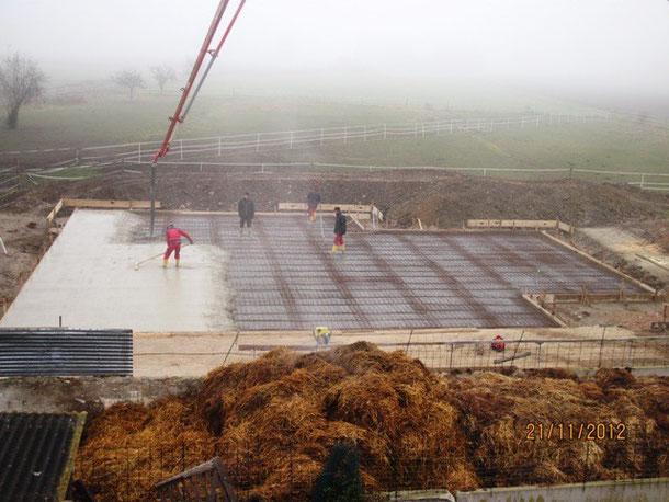 Am Abend zuvor und heute Morgen wurde das Eisen eingebaut und um 9 Uhr kam dann auch der Beton.