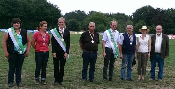 von links: Andrea Voss (Einspänner Pony), Marion Freymann, Marcella Meinecke (Einspänner Pferde) , Claus Quast, Jan Fündeling, Heinrich Buck (Zweispänner Pferde), Cora v. Schnakenburg (BPSV Pressewartin), Hartmut Röling (BPSV Fahren).