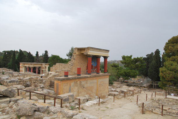 Knossos - einige der farbigen Säulen sind noch erhalten