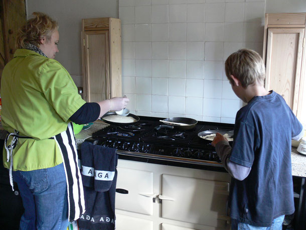 tussen de middag maken we altijd iets lekkers met elkaar.pannenkoeken bakken bijvoorbeeld....