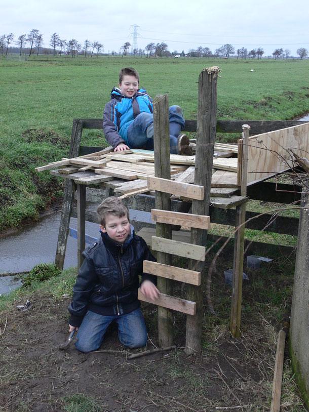samen een hut bouwen