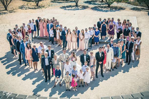 Photo de groupe lors d'un mariage en forme de cœur, idée originale