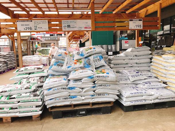 大きな袋で売られている土、車での来店がマストです