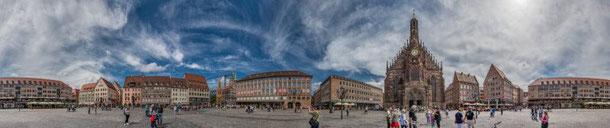 Zylindrisches Panorama von Nürnbergs Innenstadt: 360° sind sichtbar, jedoch fehlen vertikal Teile des Himmels und des Bodens.