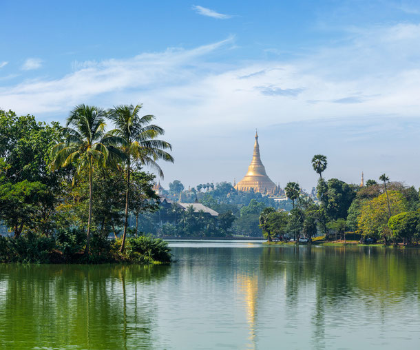 Die Shwedagon Pagoda am Kandawgyi Lake in Yangon, Myanmar.