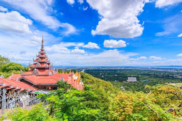 Ausblick vom Mandalay Hill auf die weite Landschaft Myanmars.