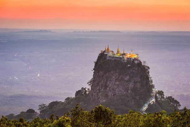 Das Kloster von Mount Popa wurde auf einem erloschenen Vulkanberg errichtet und liegt ca. 50 Kiliometer südlich von Bagan.