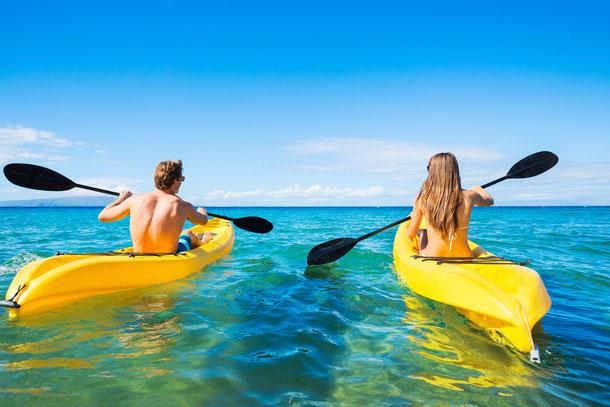 Zwei Myanmar Urlauber beim Kayak fahren in den Buchten bei der Insel Wa Ale