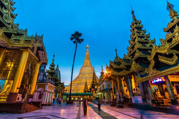 Die goldene Schwedagon Pagode in Yangon der Haupstadt Myanmars