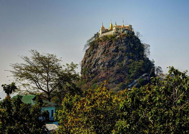 Am Fuße des weithin sichtbaren Mount Popa befindet sich ein kleines Pilgerdorf der Anhänger des burmesischen Nat Kults.