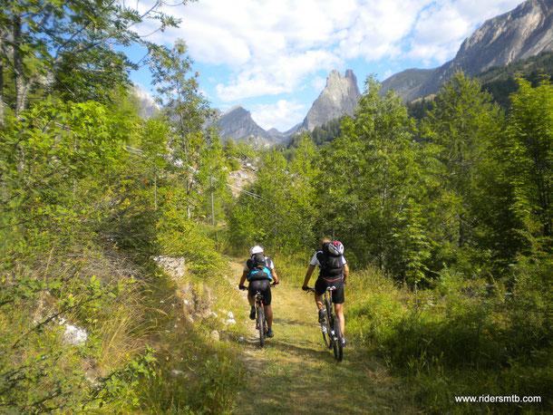 Finalmente una escursione  degna di nota!!...la Val Maira non delude mai!!!......la Rocca Provenzale ci sorveglia...