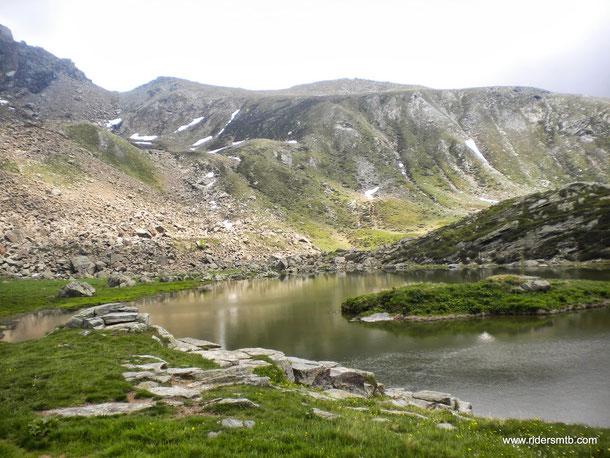 singolare il lago con l'isolotto