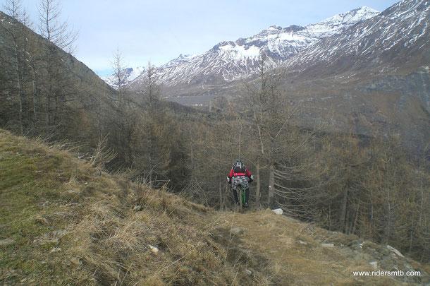 in lontananza si intravede la grande diga del Moncenisio