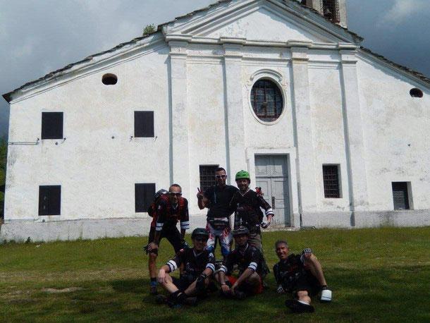 clik fronte alla Cappella della Visitazione, una delle tre simili chiesette integrate nella Valle Sacra