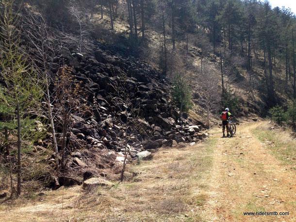 ritrovato il sentiero degli alpini (strada bianca che scende dal santuario) andiamo alla ricerca del sentiero delle guardie