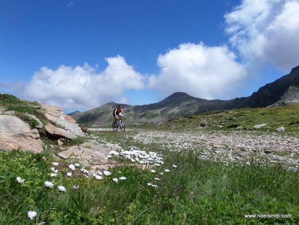 Valeria mente spudoratamente...!! dice di non essere allenata mentre pedala fresca come una rosa..