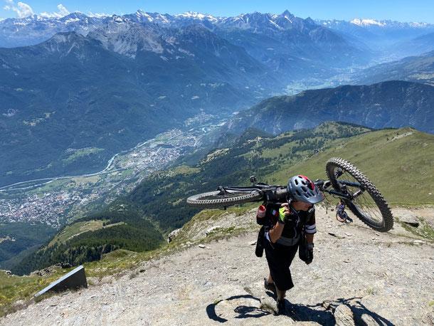 raggiunta la cima la vista è a 360 gradi, dallo Zerbion scorge una visuale su quasi tutta la valle centrale