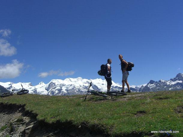 .... Ma arrivati in cresta il panorama del Monte Rosa a picco sulla Val D'Ayas, è favoloso ...