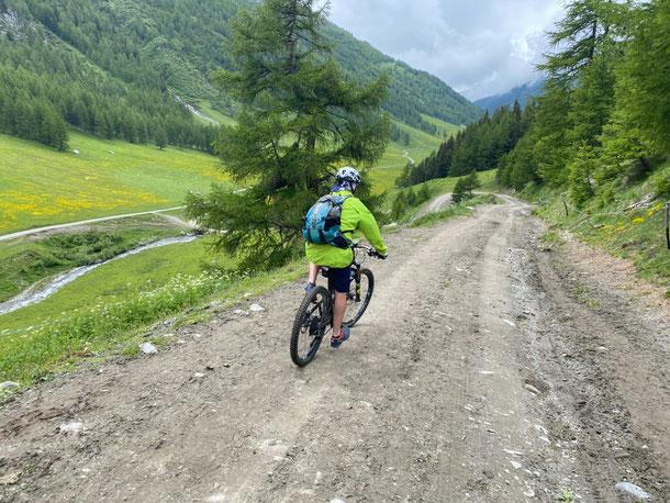 li giù la carrozabile che taglia in due la valle, strada che porta anche al Col Citrin, passaggio che sfrutteremo nei prossimi mesi per effettuare il Tour del FALLERE  saranno 2 giorni indimenticabili