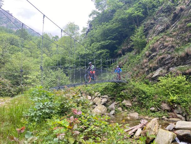 Ponti in acciaio ed altri in legno si susseguono sorvolando il Rio Grandubbione