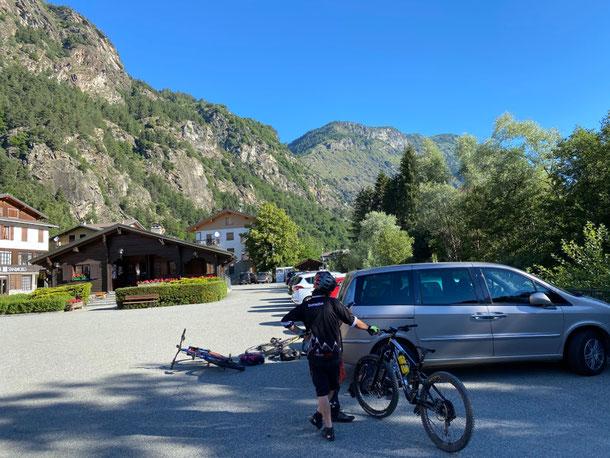 Oggi sappiamo solamente che si parte da Antey, il percorso è stato partorito al parcheggio ...il risultato finale non poteva essere migliore ... grande gita!!