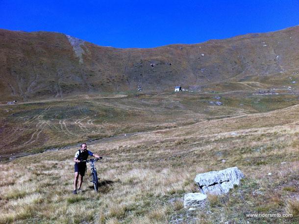 in fondo alla valle attraversiamo un pratone poco ciclabile