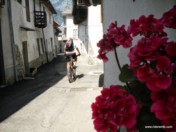oggi giornata perlustrativa......iniziamo già da subito attraversando il bel borgo di Mentoulles al fine di evitare parte di Statale trafficata