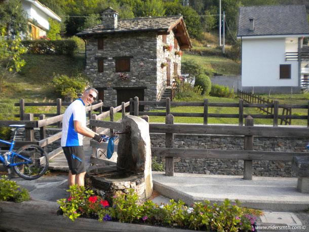 anche oggi ci prepariamo per sconfinare verso i cugini Francesi, qui a BARCENISIO facciamo il carico d'acqua presso  l'unica fontana presente in tutto il giro