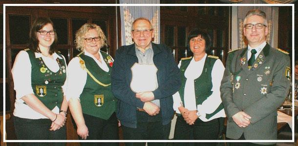Für besondere Verdienste im Verein wurde Hans Fastert (Mitte) zum Ehrenvorstand ernannt. Foto: Jäge