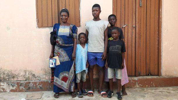 Sadate mit Oma und Geschwistern