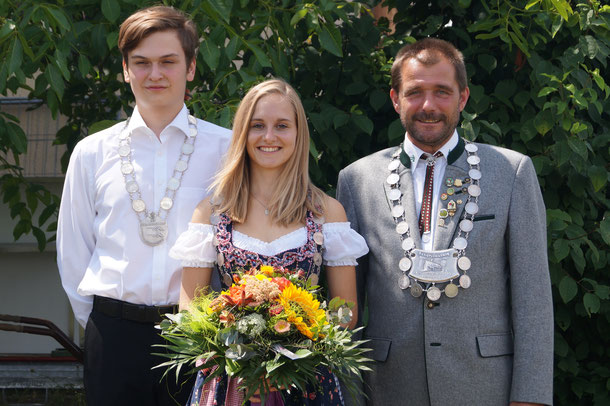 von links: 2. Schützenmeister Hermann Geyer, Jugendkönig Florian Hertlein, Damenkönigin Michaela Karl, Schützenkönig Thomas Schorr, 1. Schützenmeister Bernhard Ochs.
