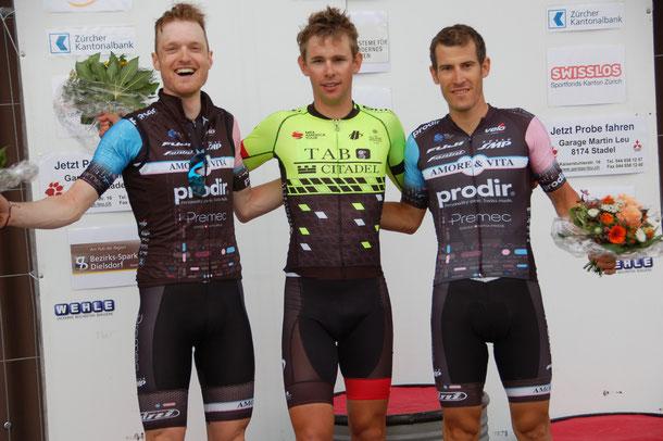 Fabian Lienhard (Mitte) gewann vor Colin Stüssi (links) und Jan-André Freuler das zum Tour de Suisse-Cup zählende Rundstreckenrennen von Steinmaur.
