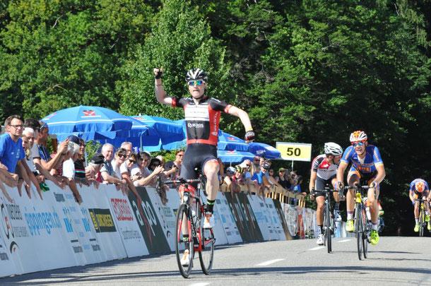 Colin Stüssi gewinnt den Sprint in Gippingen (Bild: Nelly Widmer)