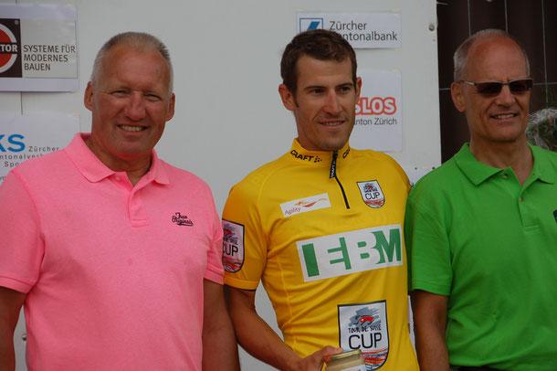 Albert Weber, der OK-Präsident des Rennens von Steinmaur (links) zusammen mit dem neuen Leader Jan-André Freuler und ASOC-Präsident Andreas Wild.