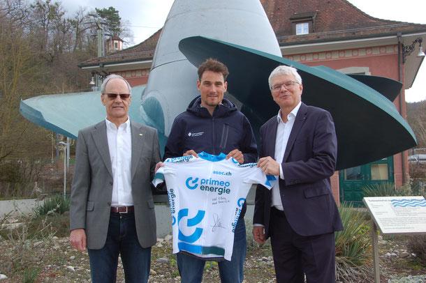 Andreas Wild, président de l'ASOC, Silvan Dillier, ambassadeur, et Conrad Ammann, CEO de Primeo Energy, présentent le nouveau maillot de leader. (Image: Neli Widmer)