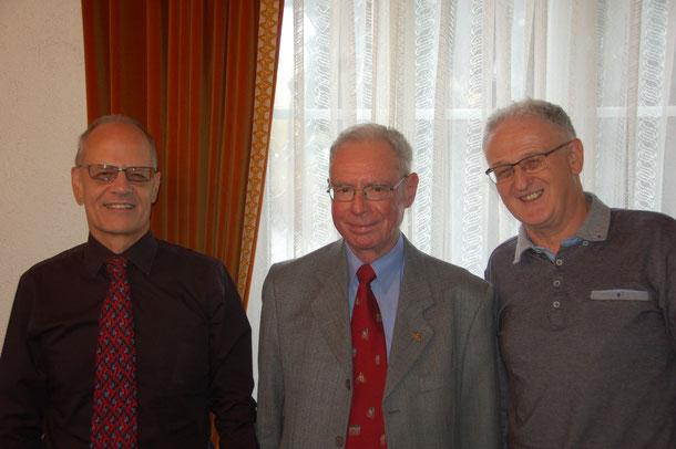 Ehrenpräsident Daniel Curchod (Mitte) führte die Wahlen durch: Andreas Wild (links) wurde als Präsident bestätigt, August Widmer in den Vorstand gewählt.