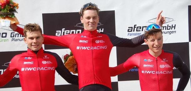 Trois coureurs, une équipe : le vainqueur Mauro Schmid encadré sur le podium par ses coéquipiers de la Swiss Racing Academy Stefan Bissegger (à g.) et Gian Friesecke.
