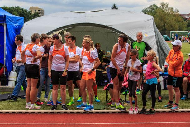 Die Läufer warten gespannt auf die nächste Staffelübergabe