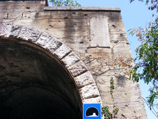Segni dei mitragliamenti su una delle gallerie del Lago di Garda