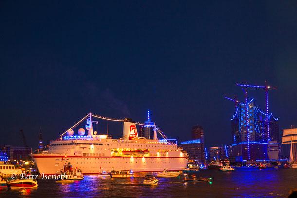 Blue Port und Cruise Days im Hafen Hamburg, das Kreuzfahrtschiff die Deutschland vor der Elbphilharmonie, bei der Auslaufparade.