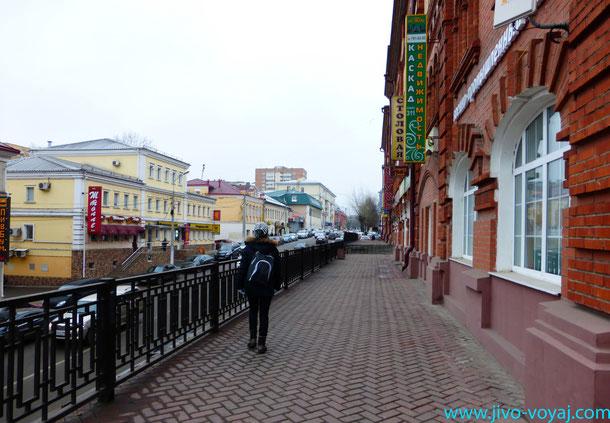 Вид на улицу и Красные ряды(справа,здесь можно недорого поесть в Столовой) в Подольске